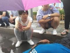 """姑娘被赞""""举伞妹"""" 雨中举伞守护重伤男子"""